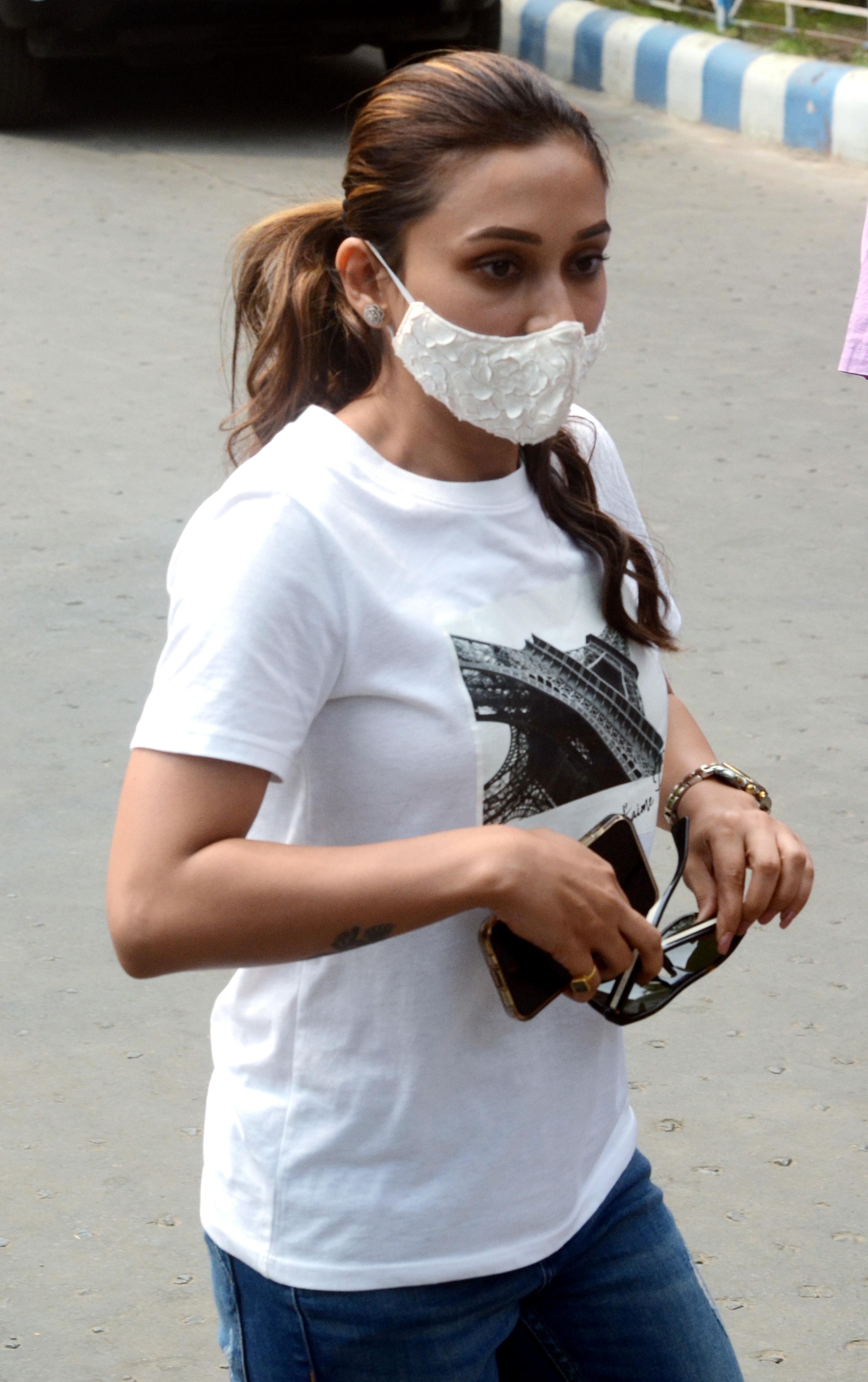 হাসপাতাল ছেড়ে বেরিয়ে যাওয়ার মুহূর্তে মিমি। (ANI Photo)