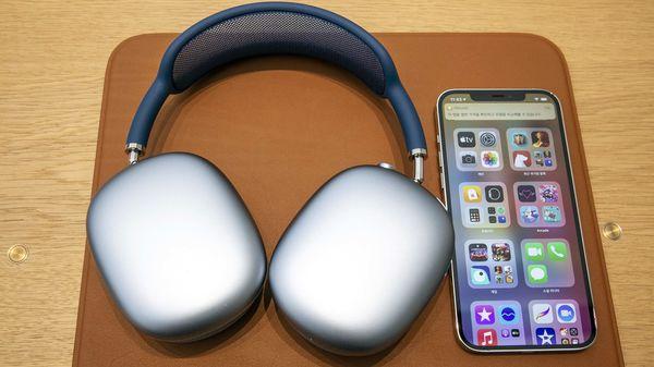 Apple Days Sale শুরু হয়েছে Amazon-এ। ছাড় মিলবে iPhone 12 ও iPhone 11-এ । ছবি : ব্লুমবার্গ (Bloomberg) (Bloomberg)