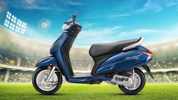 দেশের সবচেয়ে বেশি বিক্রি হওয়া স্কুটার Honda Activa 6G । স্কুটারের ইঞ্জিন ক্ষমতা, লুকস, হ্যান্ডেলিং নিয়ে মোটামুটি ভালই রিভিউ ক্রেতাদের। দাম ৬৬,৭৯৯ টাকা থেকে ৭০,০৪৪ টাকা। তবে, সহজ কিস্তিতে খুব সহজেই কিনতে পারবেন এই স্কুটার। কীভাবে? ছবি : হন্ডা (Honda) (Honda)
