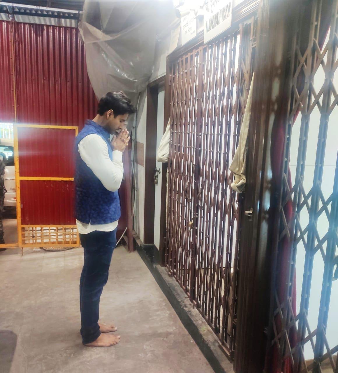 সোমবার লেক কালী বাড়িতে পুজো দিয়ে নিজের বিধানসভা কেন্দ্রের দিকে রওনা দেন যশ। এদিন একদম ব্লু ডেনিম, সাদা শার্টে দেখা মিলল যশের। সঙ্গে নীল রঙা জহর কোট।