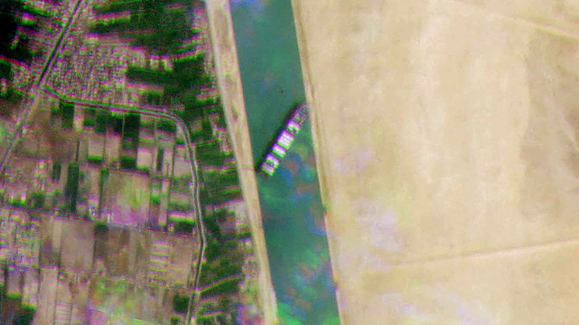 এদিকে ব্যস্ত খাল এভাবে অবরুদ্ধ হওয়ায় জলপথে তীব্র যানজটের সৃষ্টি হয়েছে। সুয়েজ খালের মাধ্যমে লোহিত সাগর ও ভূমধ্যসাগর সংযুক্ত। এটি এশিয়া ও ইউরোপের মধ্যে সংক্ষিপ্ততম জলপথ। বৃহস্পতিবার প্রায় ১৫০ টি মালবাহী জাহাজকে মাঝ সমুদ্রে দাঁড়িয়ে পড়তে হয়েছে। এর ফলে ইউরোপ-এশিয়ায় পণ্য পরিবহণ ব্যবস্থায় বড়সড় ধাক্কার আশঙ্কা করেছেন কেউ কেউ। ছবি : টুইটার (Twitter)