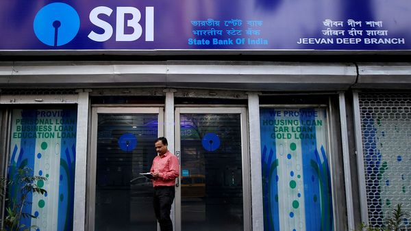 FILE PHOTO: A man checks his mobile phones in front of State Bank of India (SBI) branch in Kolkata, India, February 9, 2018. REUTERS/Rupak De Chowdhuri/File Photo (REUTERS)