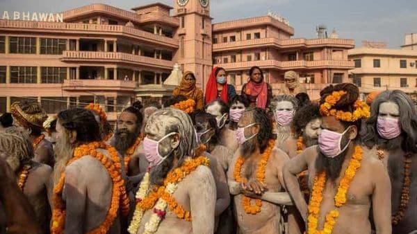 বিতরণ করা মাস্ক পরলেন সন্ন্যাসীরা। ছবি : দানিশ সিদ্দিকি/ রয়টার্স (REUTERS)
