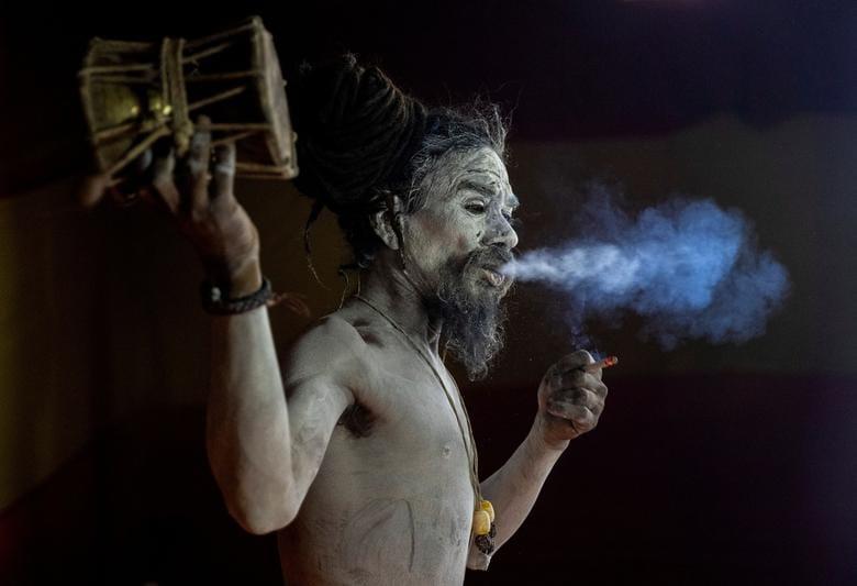 গঙ্গায় স্নানের আগে এক তাঁবুতে নাগা সন্ন্যাসী। ছবি : দানিশ সিদ্দিকি/ রয়টার্স (REUTERS)