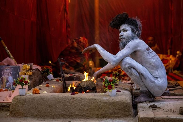স্নানের আগে আখড়ায় বসে এক সাধুবাবা। ছবি : দানিশ সিদ্দিকি/ রয়টার্স (REUTERS)