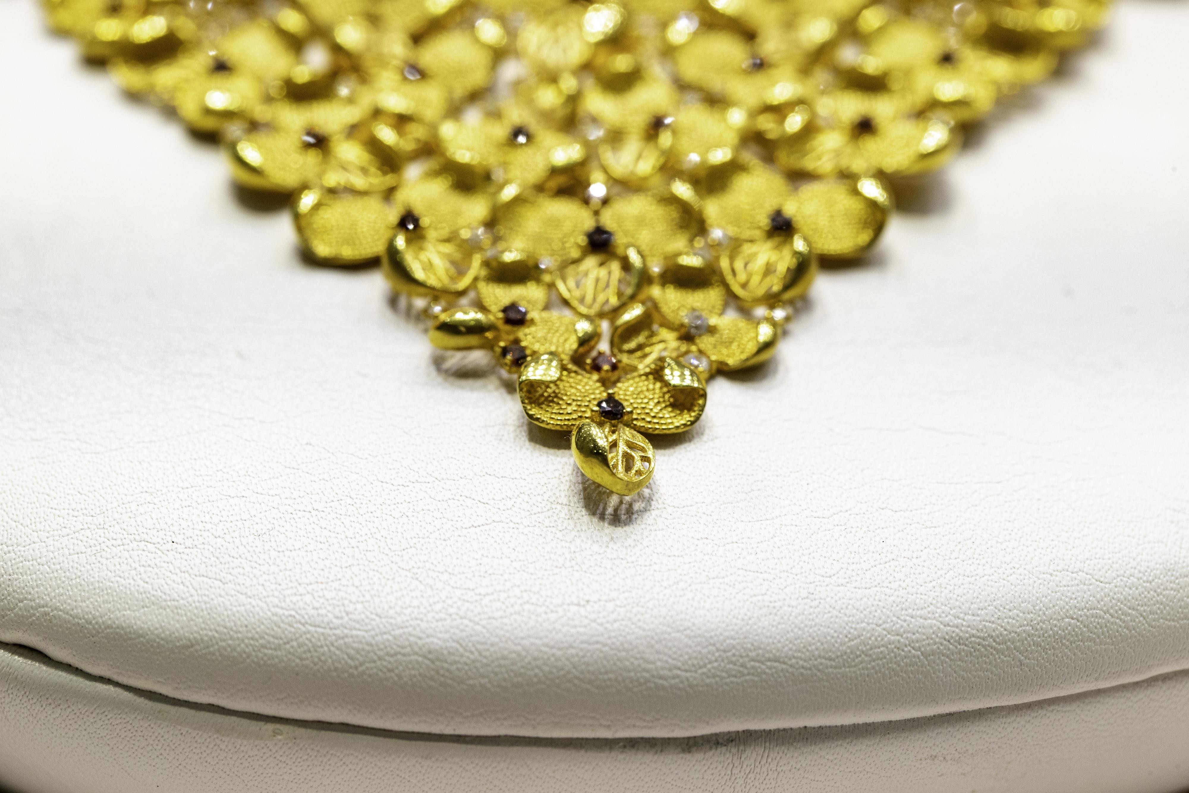 গুডরিটার্নস-এর রিপোর্ট অনুযায়ী শুক্রবার কলকাতায় ১০ গ্রাম ২২ ক্যারাট(22 carat gold) সোনার দাম ৪৬,১৯০ টাকা। ১০ গ্রাম ২৪ ক্যারাট সোনার দাম এখন ৪৮,৯০০ টাকা। ফাইল ছবি : ব্লুমবার্গ (Bloomberg)