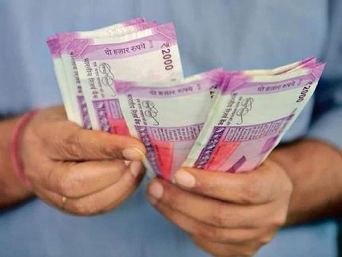 আগামী রবিবার বেলা ১২টা থেকে দুপুর ২টো পর্যন্ত বন্ধ থাকবে NEFT পরিষেবা। অর্থাত্ এই সময়ে এই মাধ্যমে টাকা লেনদেন করতে পারবেন না। ছবি : পিটিআই (PTI)