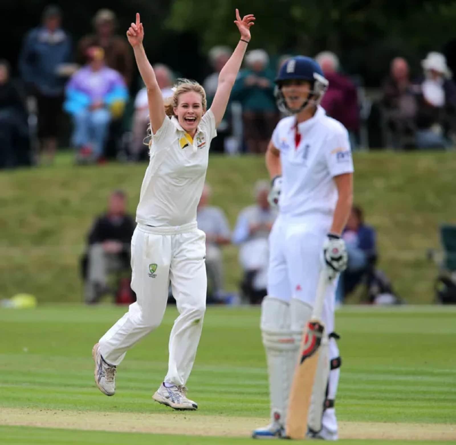 টেস্টে ৩টি, ওয়ান ডে ক্রিকেটে ২৪টি ও আন্তর্জাতিক টি-২০ ক্রিকেটে ৫টি উইকেট নিয়েছেন ফার্লিং।