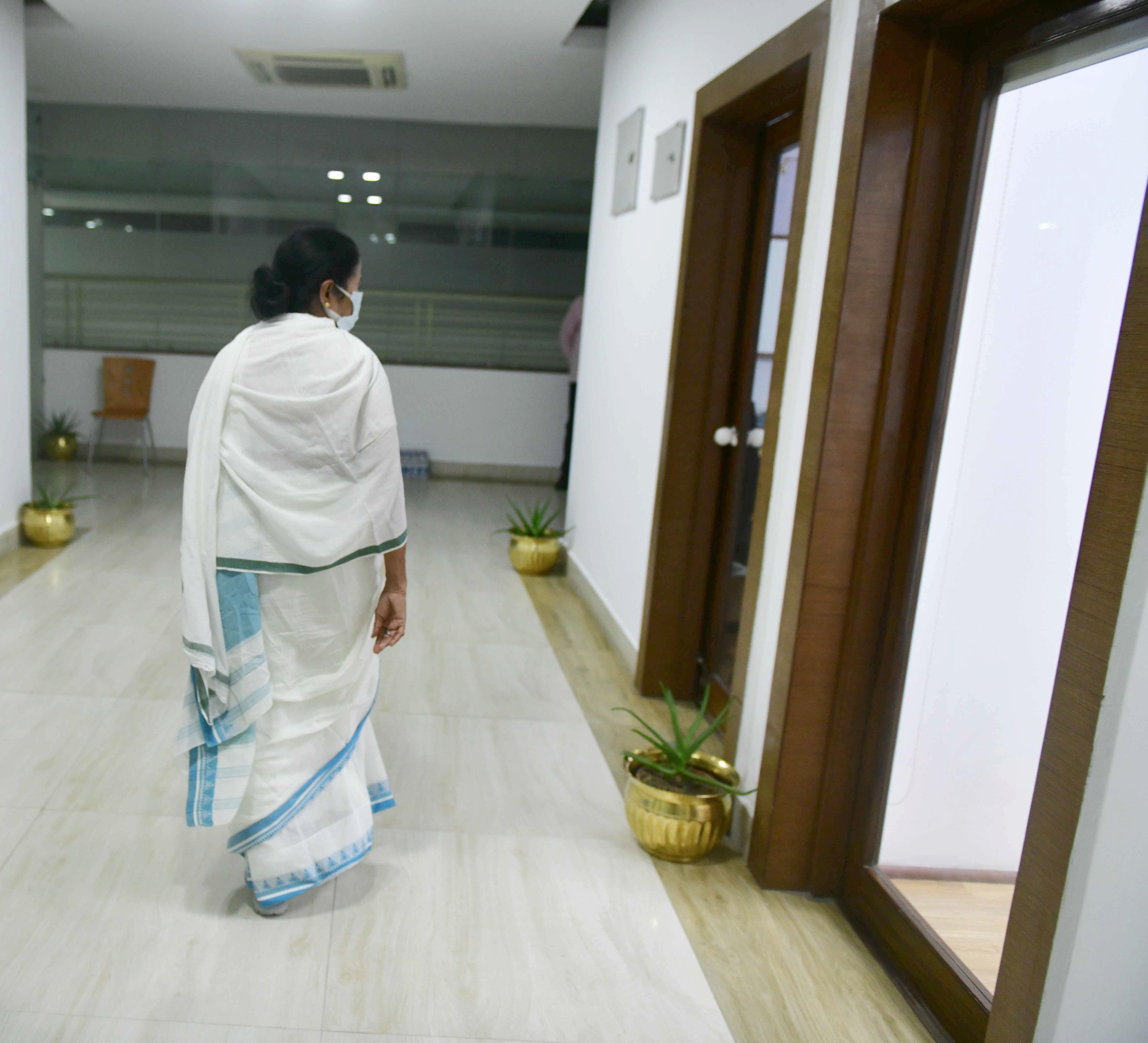 মঙ্গলবার রাত সাড়ে ন'টা নাগাদ নবান্নের কন্ট্রোল রুমে যান। সেখানে পরিস্থিতির পর্যালোচনা করেন। (ছবি সৌজন্যে পিটিআই)