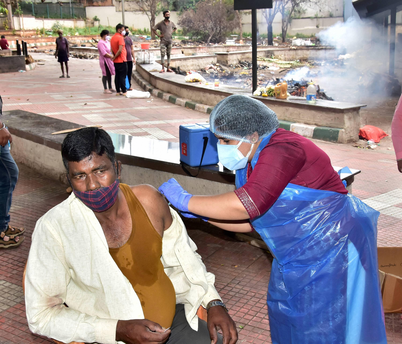 করোনা মোকাবিলার ক্ষেত্রে এখন অন্যতম বড় অস্ত্র টিকাকরণ। গত ২৪ ঘণ্টায় ২৯ লক্ষেরও বেশি মানুষ করোনা টিকা গ্রহণ করেছেন। ফাইল ছবি : পিটিআই PTI (PTI)