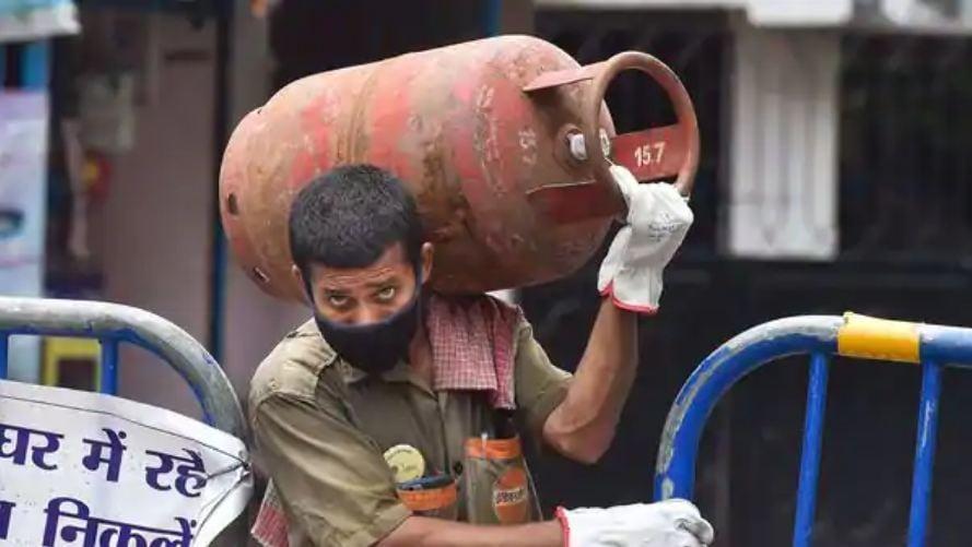 বর্তমানে দিল্লিতে বাড়ির রান্নার গ্যাস সিলিন্ডারের দাম ৮০৯ টাকা। কলকাতায় রান্নার গ্যাসের দাম সিলিন্ডার-প্রতি ৮৩৫ টাকা। ছবি : পিটিআই (PTI)