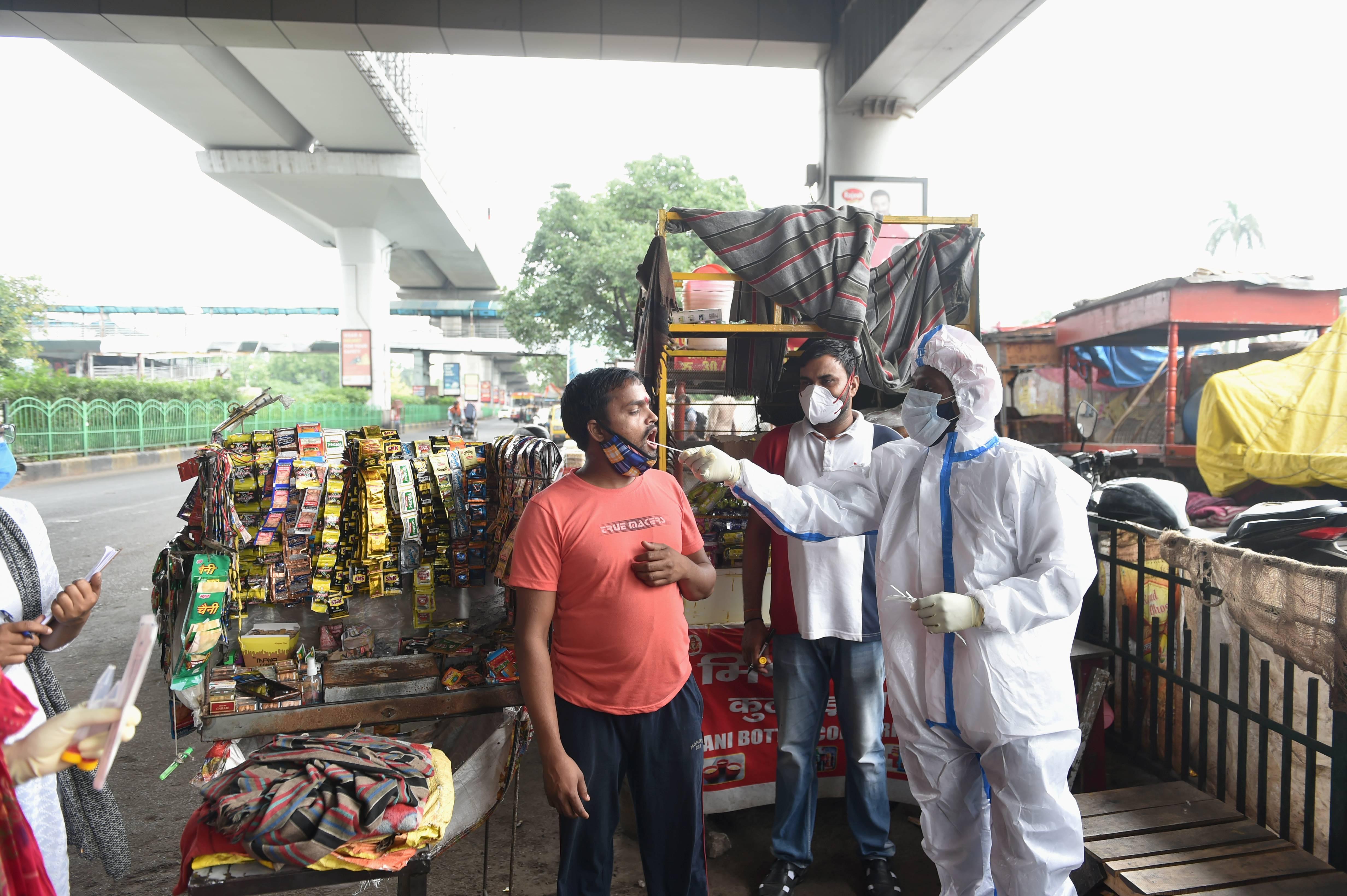 মঙ্গলবার পশ্চিমবঙ্গে করোনা সংক্রমণ নামল ১০ হাজারের নীচে। মঙ্গলবার রাজ্যে করোনা আক্রান্ত হয়েছেন ৯,৪২৪ জন। সঙ্গে রেকর্ড সংখ্যায় কমল অ্যাক্টিভ কেসও। এদিন রাজ্যে করোনা আক্রান্ত অবস্থায় মৃত্যু হয়েছে ১৩৭ জনের। ফাইল ছবি : পিটিআই (PTI)