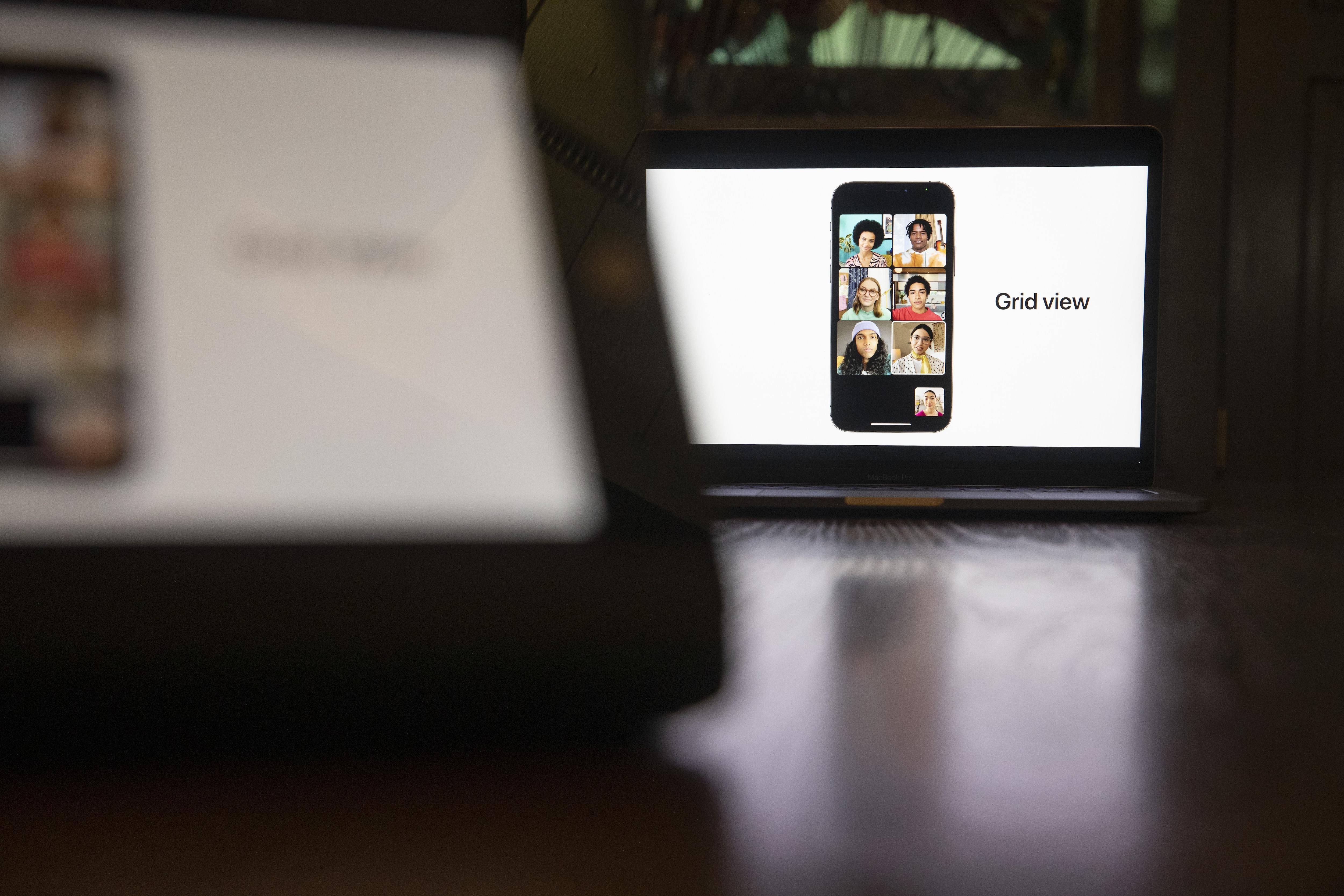 আইওএস (iOS 15)-এর গ্রিড ভিউ। (ছবি সৌজন্য ব্লুমবার্গ)