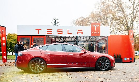 গত এক বছর ধরেই মডেল এস-এর দ্রুততম সংস্করণ নিয়ে জল্পনা তুঙ্গে উঠেছে। ইলন মাস্ক জানিয়েছেন, Tesla-র এই গাড়ির ড্রাইভিং রেঞ্জ হার মানাবে সমদামের অন্যান্য পেট্রোলচালিত ও ইলেকট্রিক স্পোর্টস কারকে। ফাইল ছবি : টেসলা (Tesla)