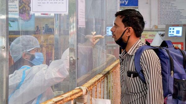 পশ্চিমবঙ্গের পরিসংখ্যান: রাজ্যেও দ্রুত হারে কমছে করোনা আক্রান্তের সংখ্যা। বৃহস্পতিবার সন্ধ্যার বুলেটিন অনুযায়ী এক দিনে মোট ৫,২৭৪ জনের দেহে করোনা সংক্রমণ সনাক্ত হয়েছে। অন্যদিকে রাজ্যে করোনায় প্রাণ হারিয়েছেন ৮৭ জন। ফাইল ছবি : পিটিআই (PTI)