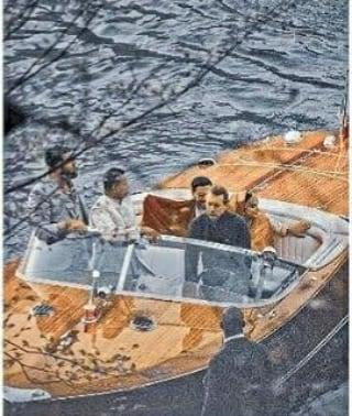 এই ছবিতে দেখা যাচ্ছে লাক্সারি বোটে ওয়েডিং ডেস্টিনেশন থেকে হোটেলে ফিরছেন নব দম্পতি। বিয়ের পর এক সাক্ষাৎকারে এই মুহূর্তের গল্প করতে শোনা গিয়েছিল দীপিকাকে। অভিনেত্রী জানিয়েছিলেন, 'তখন সূর্য অস্ত যাচ্ছে। আমি আর রণবীর হোটেলে ফিরছি। বিয়ের পর এই প্রথম শুধু আমরা দু'জন। একটা অন্য রকমের অনুভূতি ছিল সেটা। যা ভাষায় প্রকাশ করা যাবে না। ফুল ভলিউমে পছন্দের গান শুনতে শুনতে হোটেলে ফিরেছিলাম।' (ছবি-ইনস্টাগ্রাম)