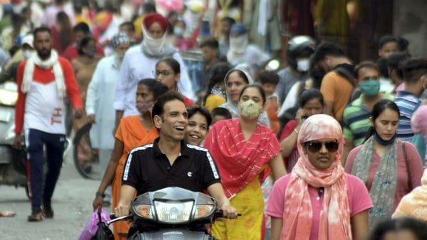 পশ্চিমবঙ্গের পরিসংখ্যান : মঙ্গলবার সন্ধ্যার বুলেটিন অনুযায়ী এক দিনে মোট ১,৫৯৫ জনের দেহে করোনা সংক্রমণ সনাক্ত হয়েছে। অন্যদিকে রাজ্যে করোনায় প্রাণ হারিয়েছেন ৩৫ জন। ফাইল ছবি : পিটিআই (PTI)