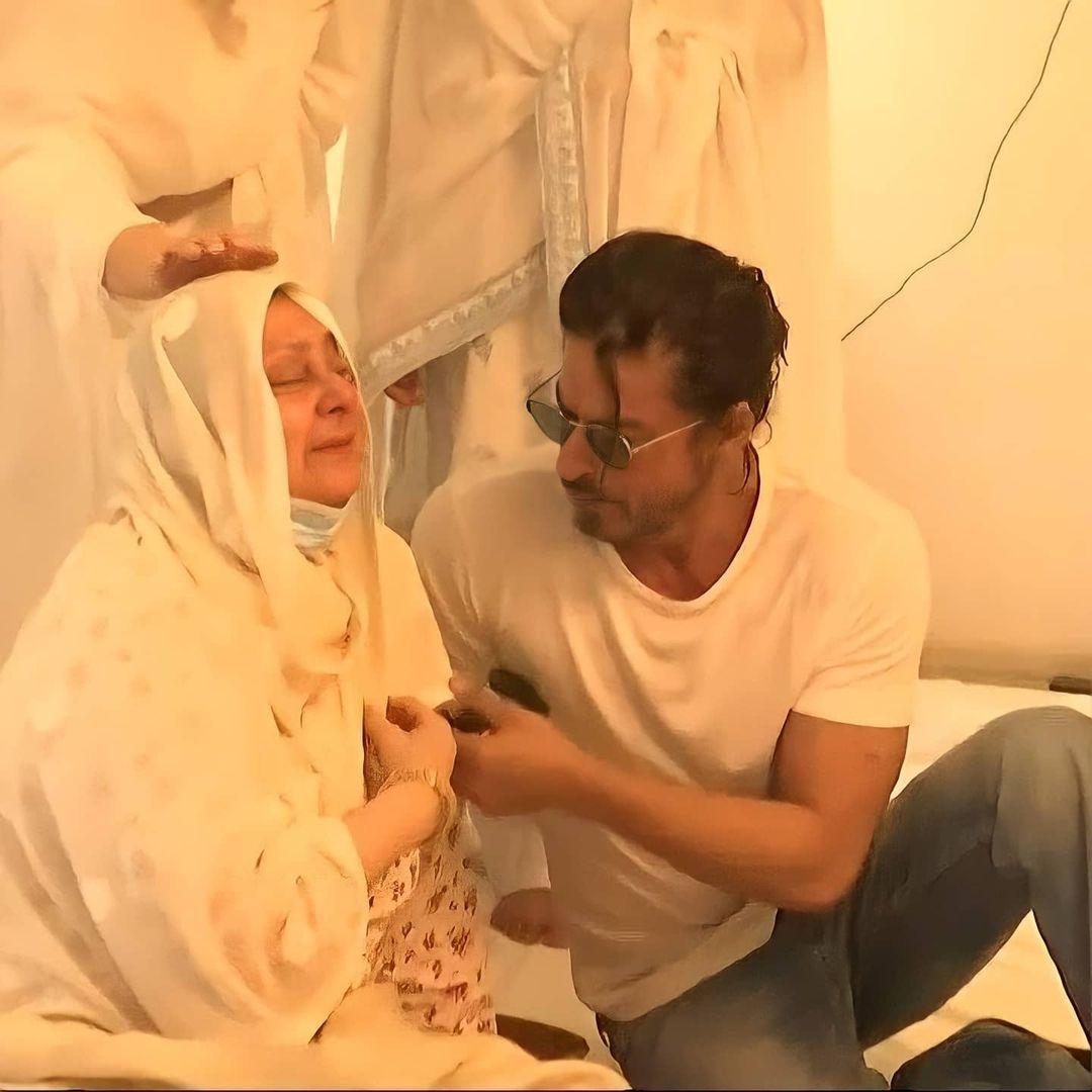 শোকে কাতর সায়রা বানু। শান্ত্বনা দিচ্ছেন শাহরুখ খান।