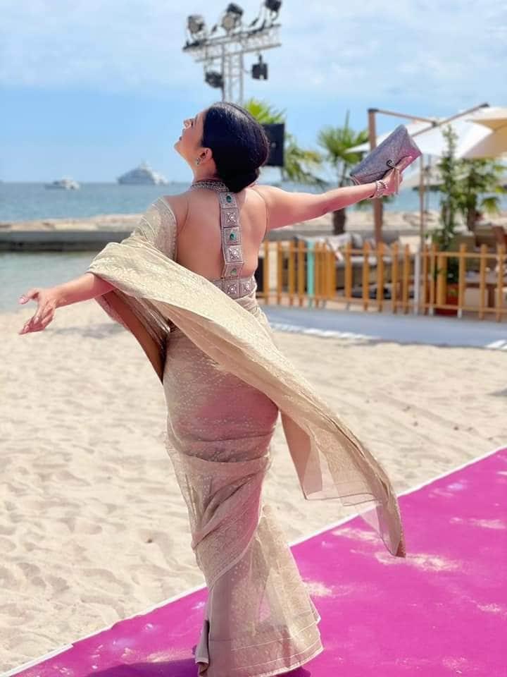 অভিনেত্রী ব্লাউজে রয়েছে পিঠ খোলা নক্সা। রূপোলি গয়নায় সেজেছেন তিনি। তাঁর পোশাক ফ্যাশন হাউস আড়ং-এর স্পনসরশিপ।