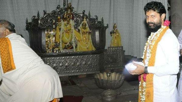 সিটি রবি: দক্ষিণ কর্ণাটকের চিকমেঙ্গালুরুর চারবারের বিধায়ক। বর্তমানে তিনি রাজ্যের পর্যটন মন্ত্রী। তিনি ভোক্কালিগা সমাজের। কট্টর হিন্দুত্ববাদী হিসেবে পরিচিত তিনি।তাঁর পক্ষে যুক্তি: বিএল সন্তোষের ঘনিষ্ঠ। কট্টর হিন্দুত্ববাদী হিসেবে পরিচিত হওয়ায় আরএসএস-এর ঘনিষ্ঠ। লিঙ্গায়ত সমাজের ভোটের উপর কম নির্ভর করে ভোক্কালিগাদের উপর বিজেপিকে নির্ভর করতে সাহায্য করবে।তাঁর বিপক্ষে যুক্তি: তিনি নিজে ভোক্কালিগা সমাজের হলেও তিনি যেই এলাকার, সেখানে ভোক্কালিগাদের বসাবস তুলনামূলক ভাবে কম। তাই সেই সমাজের উপর তাঁর প্রভাব পরীক্ষিত নয়।ছবি সৌজন্যে টুইটার