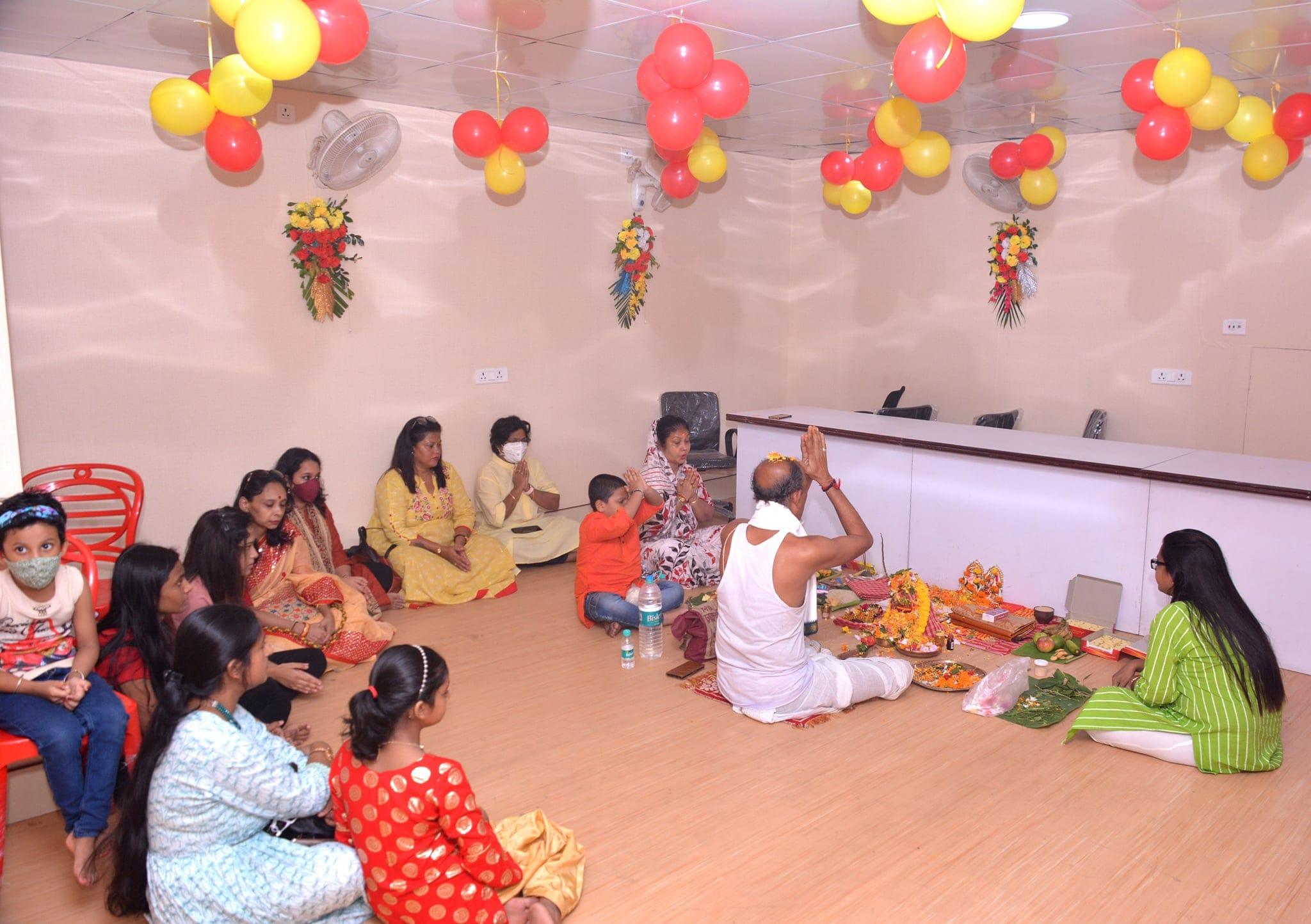 ক্লাবের প্রতিষ্ঠা দিবস। ক্লাব তাঁবুর ভিতরে ক্লাবের নতুন ঘরে পুজোর আয়োজন করা হয়েছিল। তখন ক্লাবে পুজো চলছে।