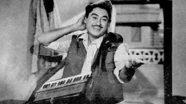 'বম্বে টকিজে' কোরাস সিঙ্গার হিসেবে কাজ শুরু। সেই সময় তাঁর দাদা অশোক কুমার ইন্ডাস্ট্রির বড় অভিনেতা। দাদা-র ইচ্ছে ছিল ভাই অভিনয় করুক। কিন্তু কিশোরের আবার ঝোঁক বেশি গানে। যদিও 'Shikari'(১৯৪৬) ছবি দিয়ে শুরু করেন অভিনয়। প্রথমদিকে তাঁর গায়ে সেঁটে গিয়েছিল ফ্লপের তকমা। তারপর 'লড়কি' ও 'বাপ রে বাপ 'ছবিতে সাফল্য পাওয়ার পর অভিনেতা হিসেবে তাঁকে গুরুত্ব দিতে শুরু করেন পরিচালক-প্রযোজকরা। তবে, সাফল্য থাকলেও জীবনে বিতর্ক কম ছিল না। কখনও আবার বিতর্ক আনতেন একপ্রকার ডেকে ডেকে!