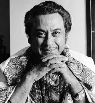 গায়ক কে.এল সায়গল-এর বিরাট ভক্ত ছিলেন কিশোরকুমার। নিজের সবার ঘরের দেওয়ালে 'সায়গল সাহাব' এর বিরাট একটি ছবিও লাগিয়ে রেখেছিলেন তিনি।