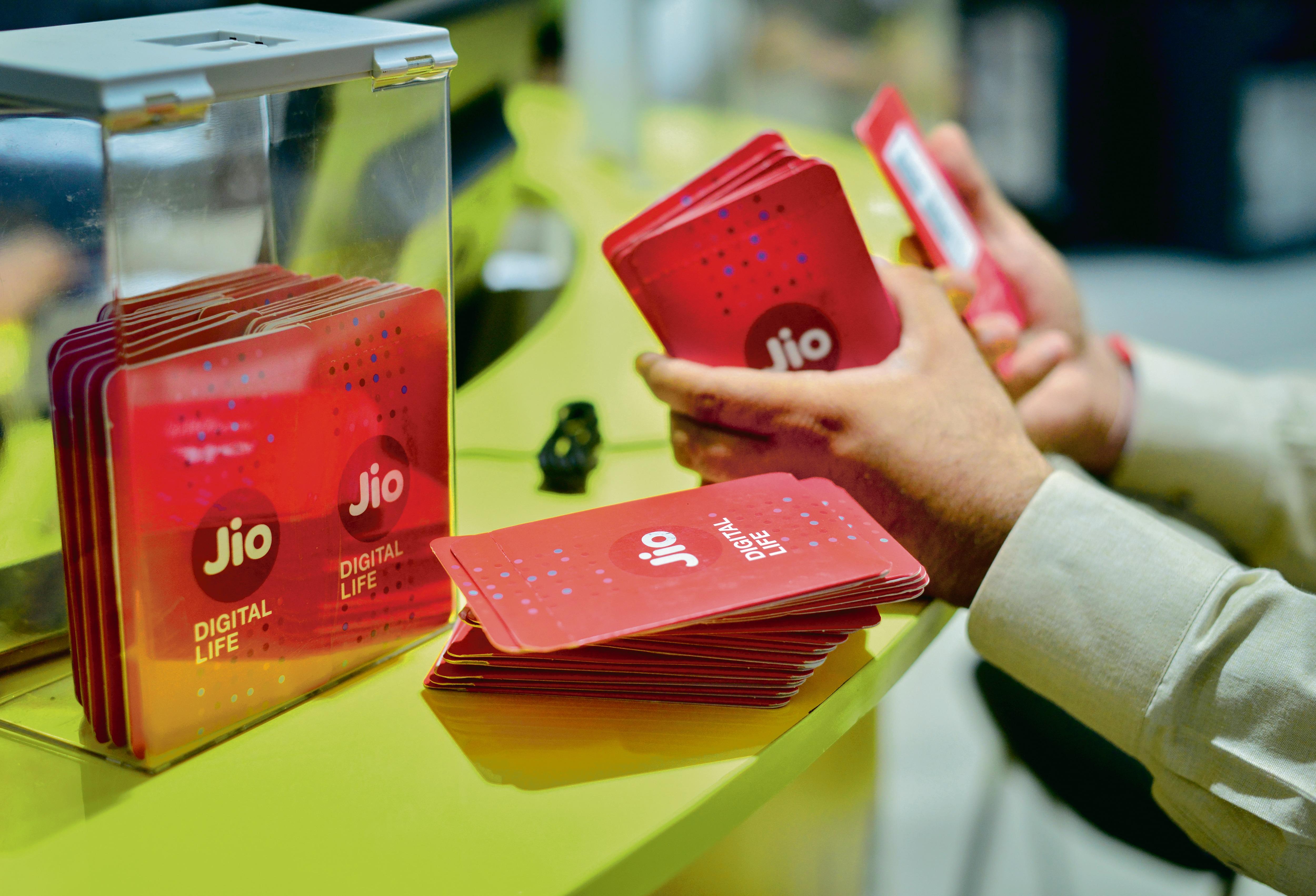 ১,৪৯৯ টাকার JioPhone প্ল্যান: এই প্ল্যানেও আপনি একটি JioPhone পাবেন। সেই সঙ্গে ১ বছরের জন্য সীমাহীন কলিং পাবেন। প্রতি মাসে ২ জিবি করে ডেটা পাবেন। ফাইল ছবি : মিন্ট (MINT_PRINT)