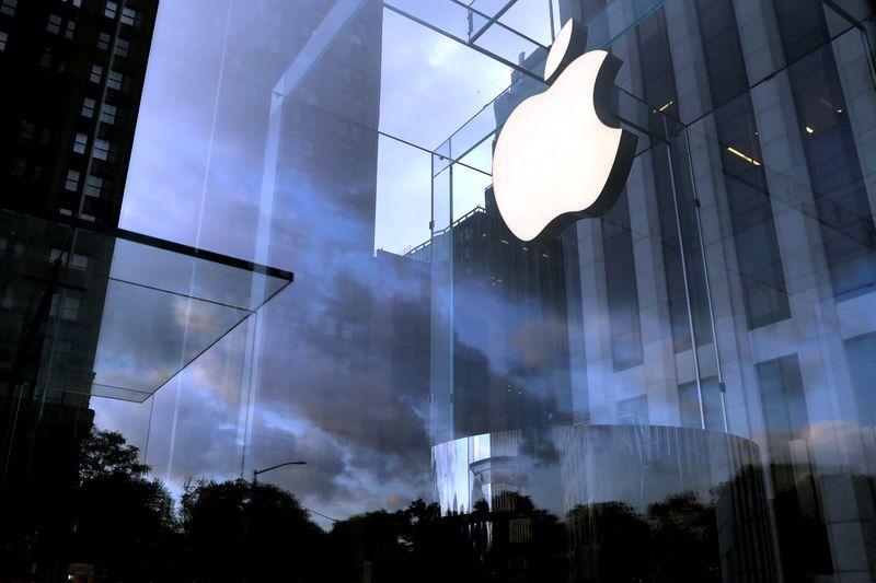 তাই পুজোর আগে এমন সুযোগ ছাড়বেন না। নতুন iPhone 12 কেনার পরিকল্পনা থাকলে, এবার অর্ডার করেই ফেলুন। ফাইল ছবি : রয়টার্স (REUTERS)