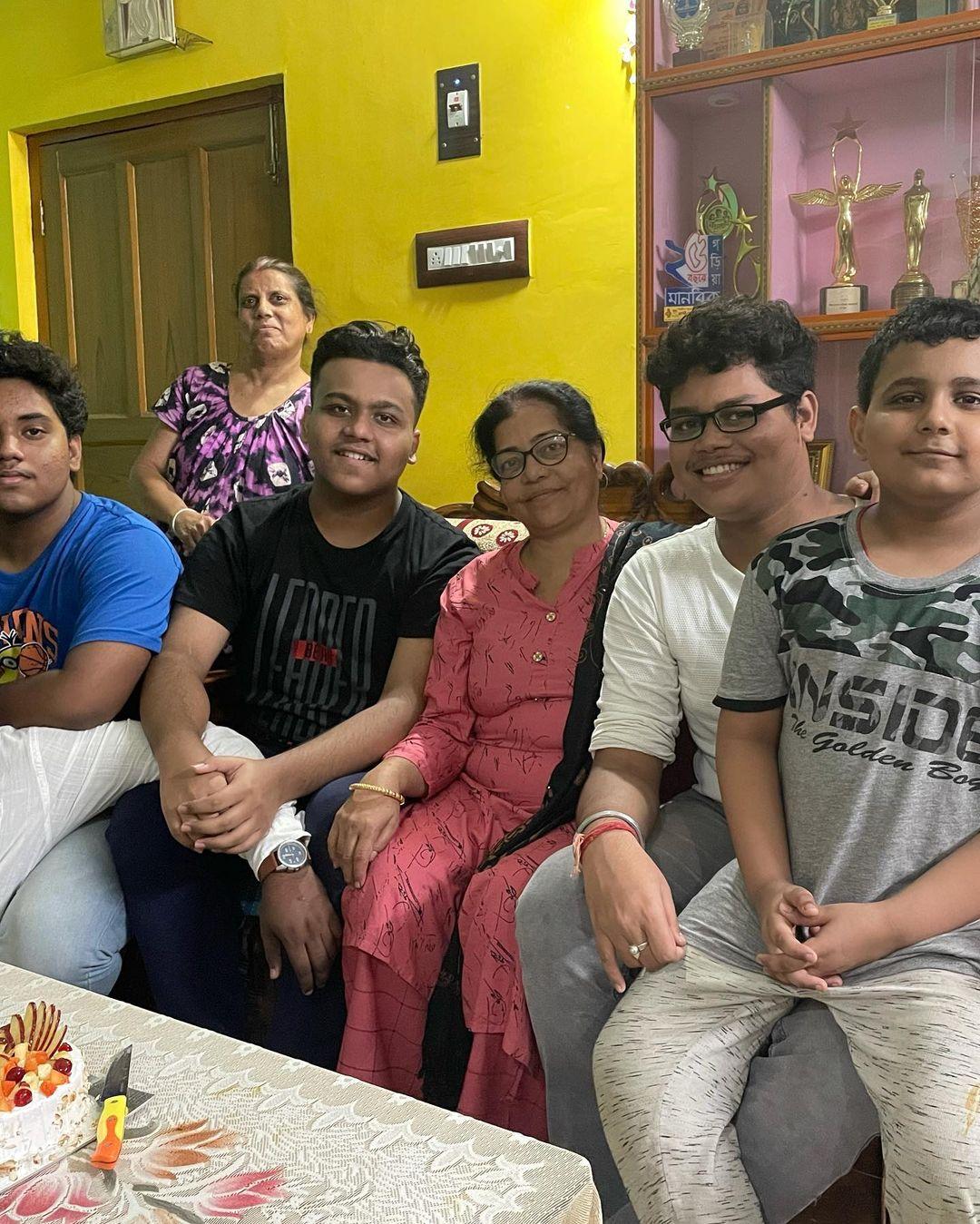 বর্তমানে 'অপরাজিতা অপু' ধারাবাহিকে অভিনয় করছেন রোহন। অভিনেতার মায়ের জন্মদিনের ঘরোয়া সেলিব্রেশনের ছবি।