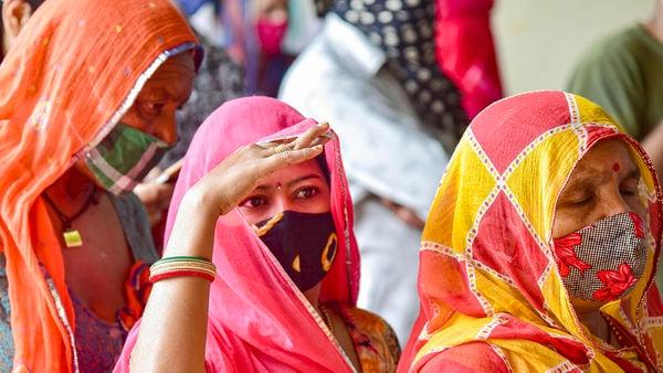 টিকাকরণ: মঙ্গলবার টিকা নিয়েছেন ৬১.১৫ লক্ষেরও বেশি মানুষ। এখনও পর্যন্ত দেশে ৭৫.৮৯ কোটি ডোজেরও বেশি করোনা টিকা দেওয়া হয়েছে। মঙ্গলবার বিকানিরে তোলা পিটিআই-এর ছবি। (PTI)