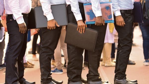 Govt Jobs: মাধ্যমিক, উচ্চ মাধ্যমিক পাসে চাকরি, মাসে বেতন কত জেনে নিন? (ছবিটি প্রতীকী, সৌজন্য় হিন্দুস্তান টাইমস)