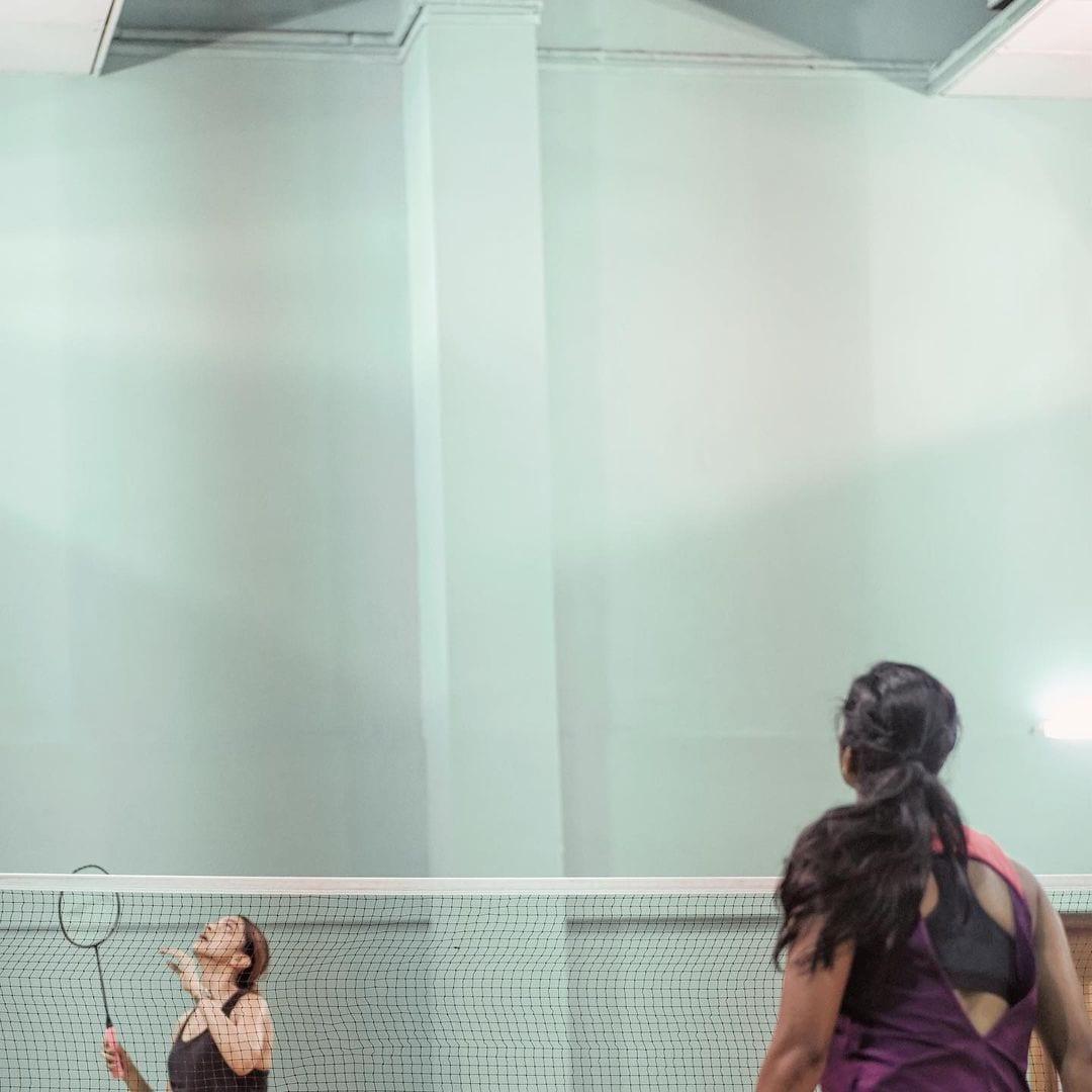 বলিপাড়ার দুই নতুন বন্ধু। পি ভি সিন্ধু এবং দীপিকা পাড়ুকোন। নিজের বায়োপিকে দীপিকাকে দেখার ইচ্ছেপ্রকাশ করেছেন অলিম্পিকজয়ী ব্যাডমিন্টন তারকা। তার জন্যেই কি কোর্টে এই ফ্রেন্ডলি ম্যাচ? (ছবি সৌজন্যে - ইনস্টাগ্রাম)
