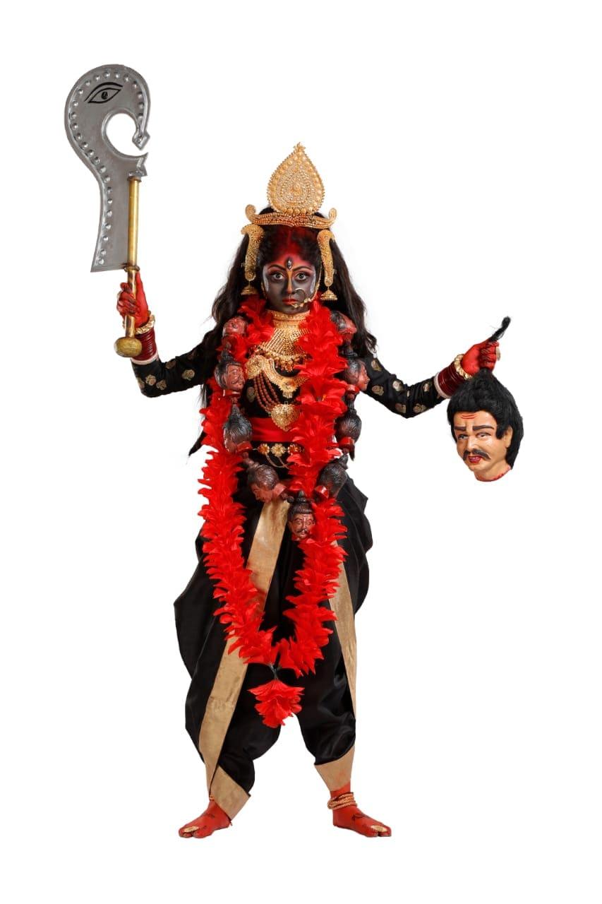 'অপরাজিতা অপু' ধারাবাহিকের অপু অর্থাৎ সুস্মিতা দে-কে মা কালী রূপে দেখা যাবে। মহাদেবের ভষ্ম থেকে তৈরি ঘোড়াসুরকে বধ করতে পার্বতী নেন ভয়ঙ্করী কালী রূপ। শ্যামবর্ণা, মুক্তকেশী, মুণ্ডমালা পরিহিতা এই দেবী মহাদেবের পায়ে অবস্থান করেন।