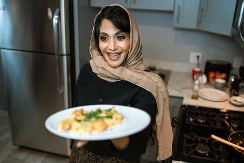 'Dinner is Ready'। আজ্ঞে হ্যাঁ, আই লাভ ইউ-এর চেয়েও এই তিনটি শব্দ শুনলে বেশি আনন্দ হয়। এমনটাই জানিয়েছেন বহু পুরুষ। ছবি: ইনস্টাগ্রাম (Instagram)