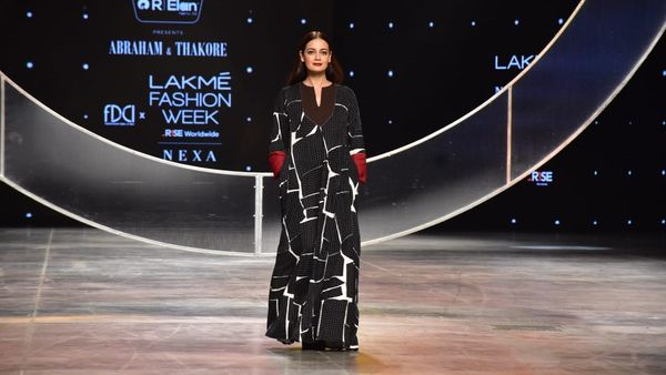 Lakme Fashion Week-এর দ্বিতীয় দিনে কালো-সাদা গাউনে ব়্যাম্পে হাঁটলেন অভিনেত্রী দিয়া মির্জা। (ছবি সৌজন্যে হিন্দুস্তান টাইমস)