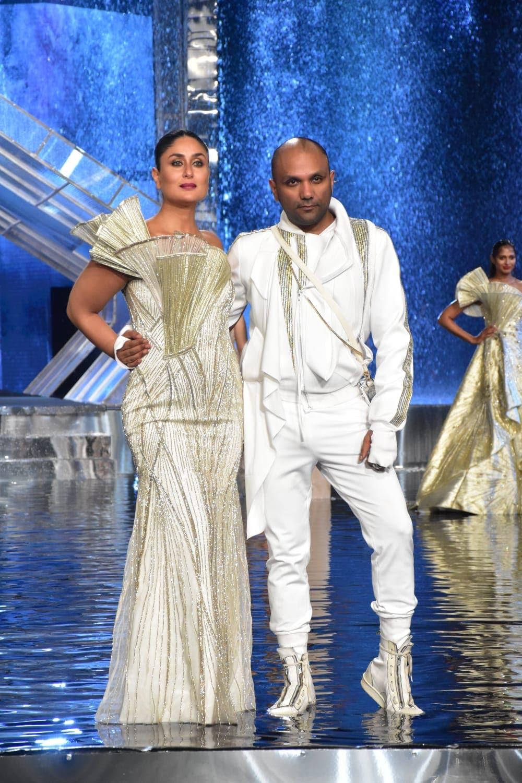 কারিনা Lakme Fashion Week-এর গ্র্যান্ড ফিনালে শোয়ের জন্য ডিজাইনার গৌরব গুপ্তার পোশাকে শো -স্টপার হয়েছিলেন। (ছবি সৌজন্যে হিন্দুস্তান টাইমস)
