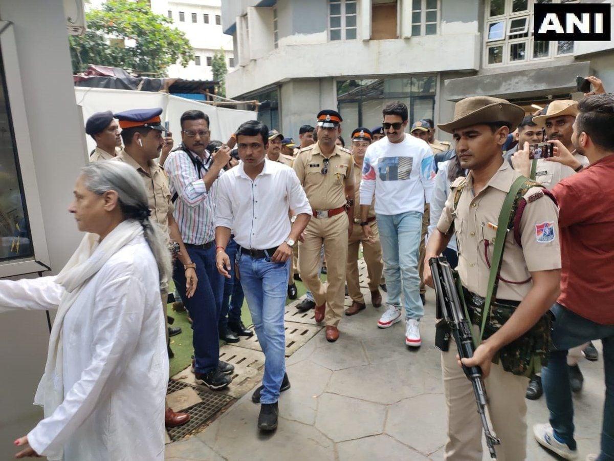 <p>Bachchans cast their vote </p>