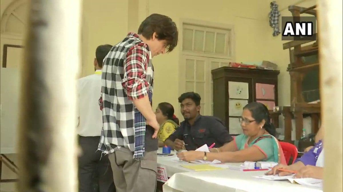 <p>Shah Rukh Khan casts vote at Bandra poll booth</p>