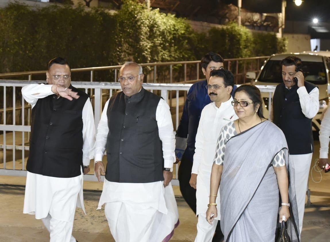 <p>Mallikarjun Kharge leaves after Congress meeting</p>