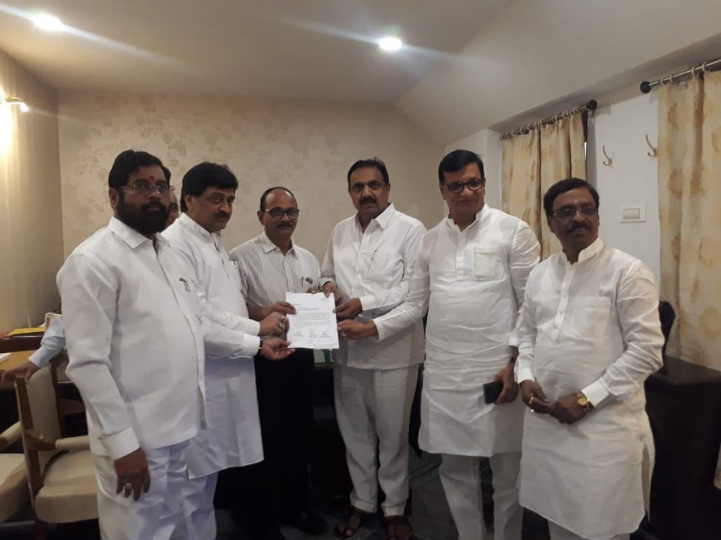 <p>'We have numbers, ready to form govt': NCP-Sena-Cong hand over letter to Guv</p>