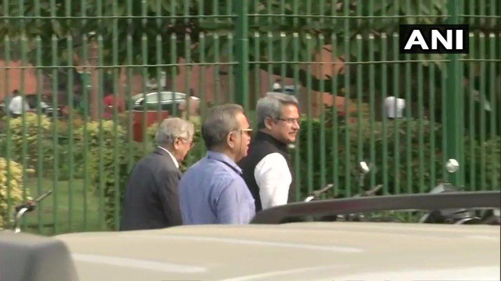<p>Sena leader Anil Desai arrives at SC</p>