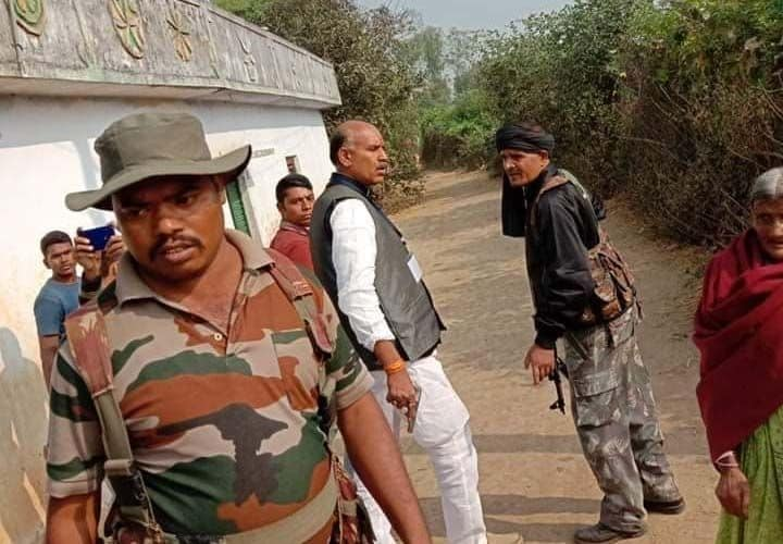 <p>Congress candidate seen flashing pistol after 'clash' with BJP workers in Palamu</p>