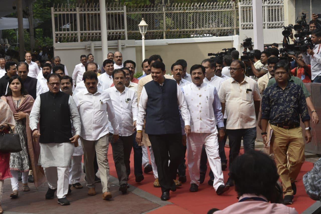 <p>Ex-CM Fadnavis reaches Vidhan Sabha ahead of floor test</p>