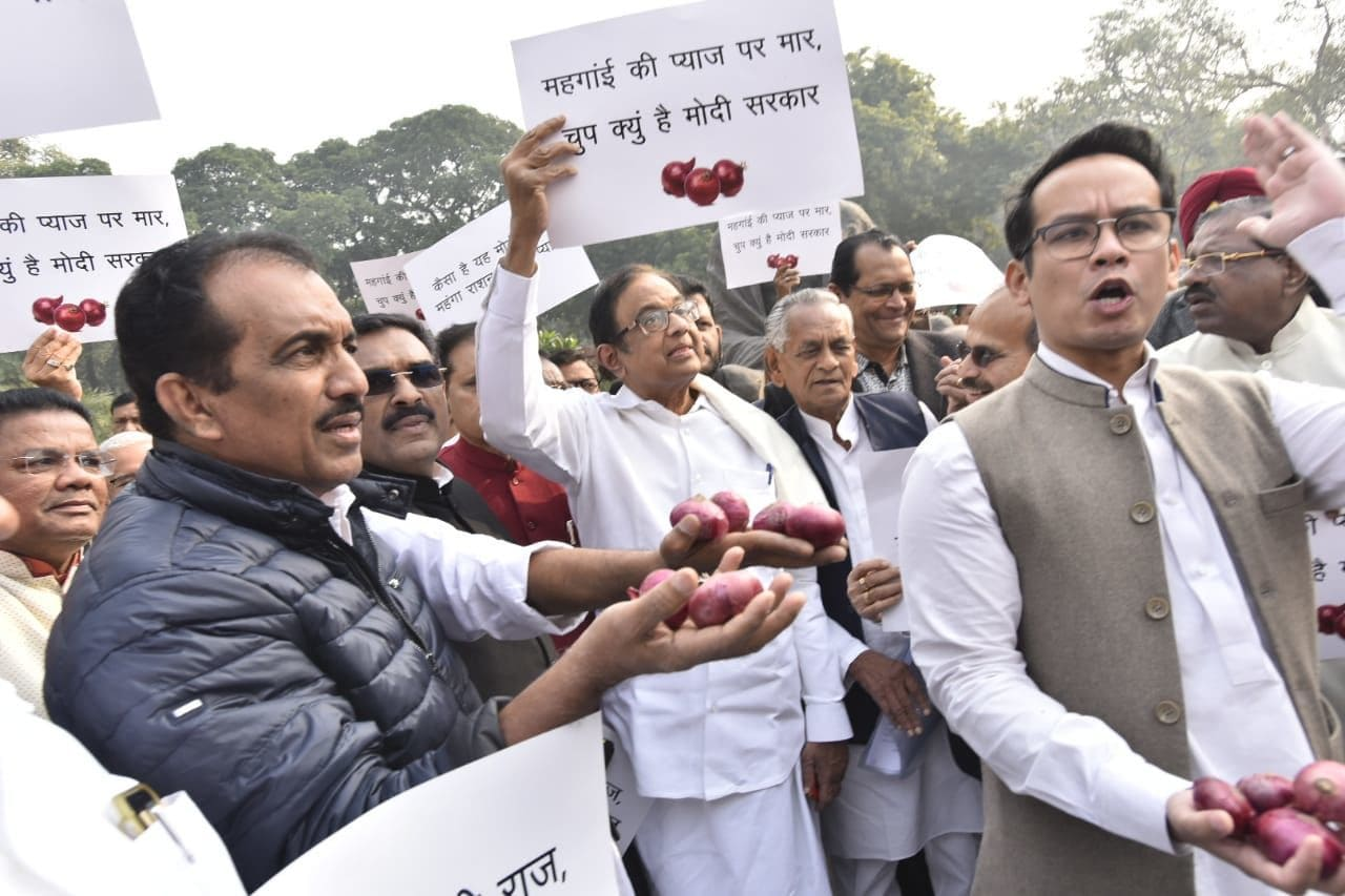 <p>Cong leaders protest over onion prices</p>