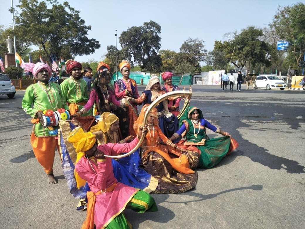 <p>Artists wait in Agra to welcome Trump</p>