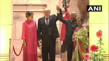 <p>US president, first lady arrive at Rashtrapati Bhawan</p>