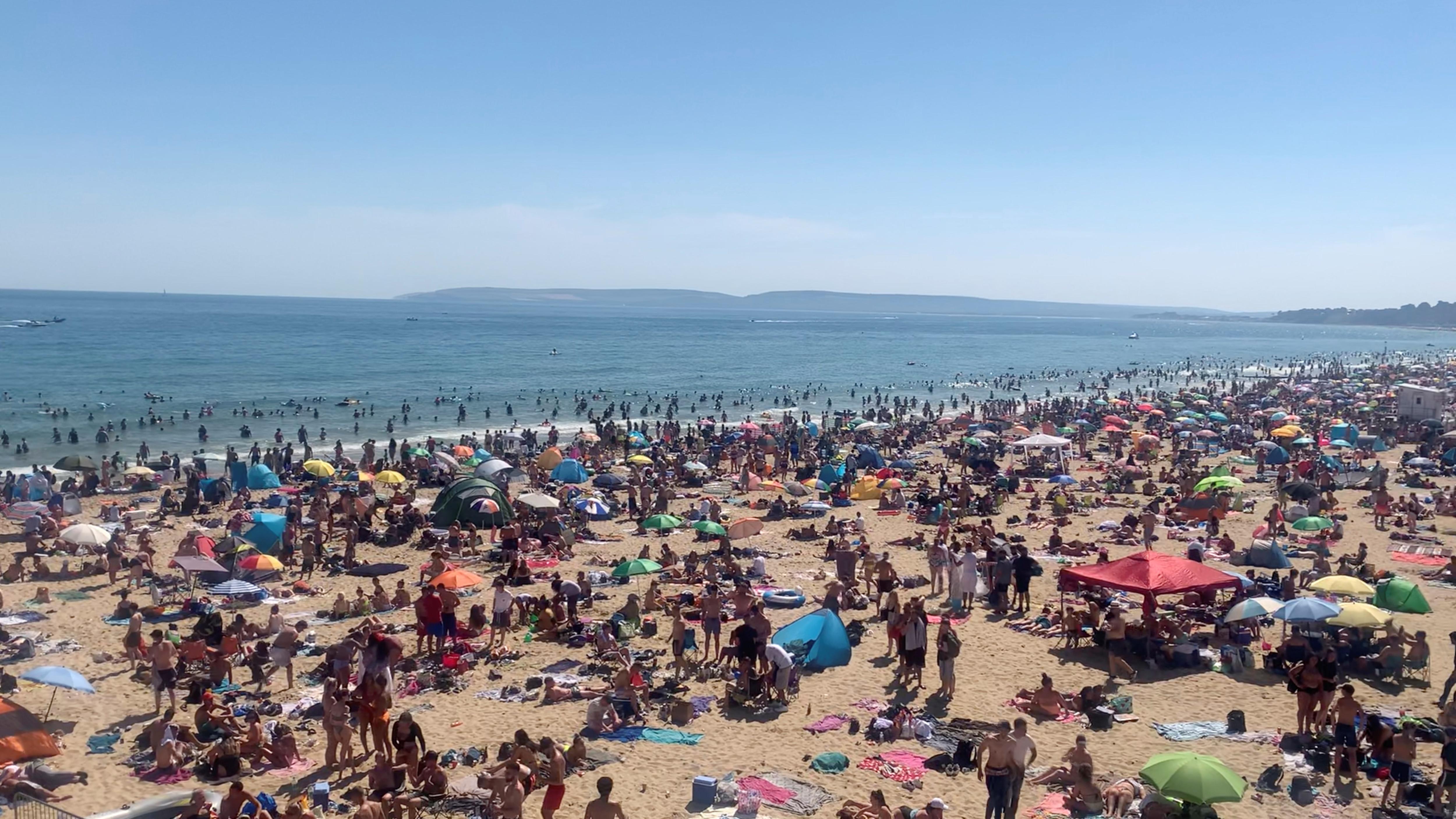 <p>People flock to UK beaches, doctors raise concern</p>