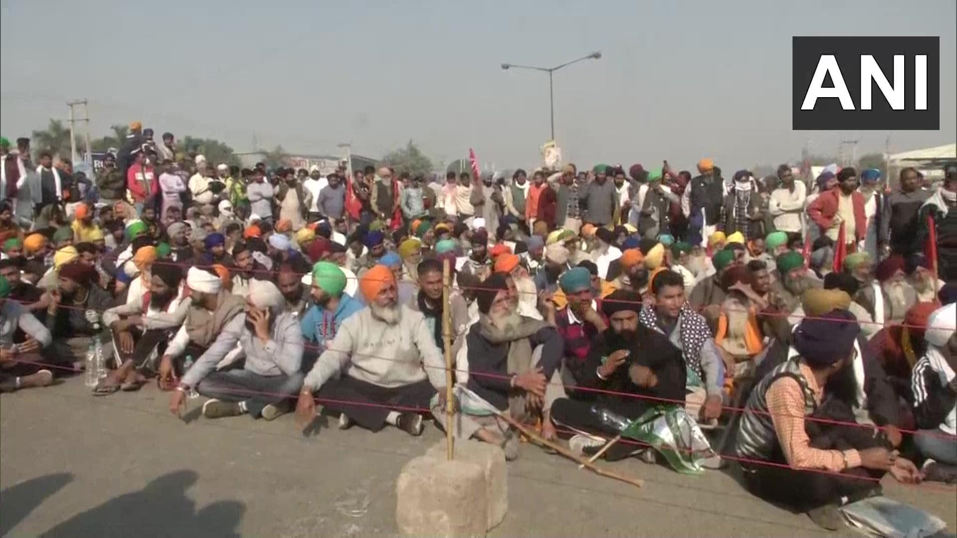 <p>Farmers continue their protest at Singhu border</p>