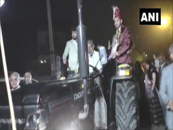 <p>Groom in Karnal comes for his wedding in tractor to show solidarity with farmers</p>